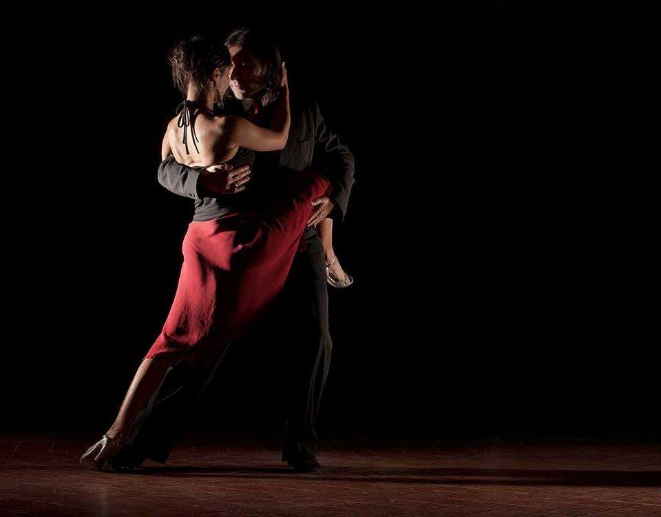 La magia del tango nell'abbraccio di due ballerini